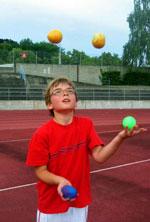 Kinder lernen das Jonglieren - für bessere Leistungen